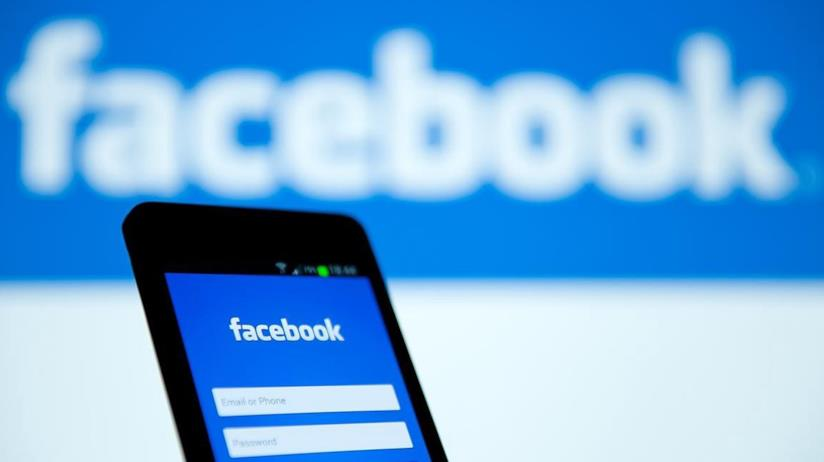 Pagina di log-in di Facebook su uno smartphone Android