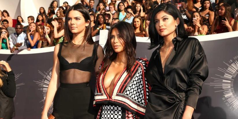 Primo piano di Kendall Jenner, Kim Kardashian e Kylie Jenner