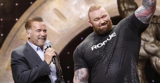 Hafthor Bjornsson accanto ad Arnold Schwarzenegger