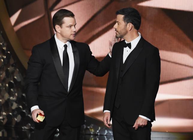 Primo piano di Matt Damon e Jimmy Kimmel sul palco degli Emmy 2016