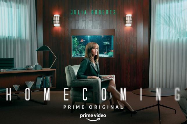 Julia Roberts seduta al centro di una stanza con aria confusa