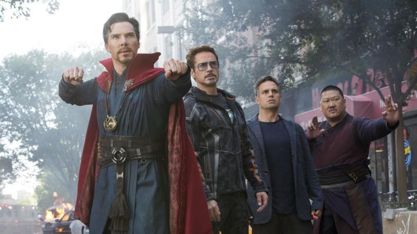 Doctor Strange, Tony Stark, Banner e Wong in una scena del film