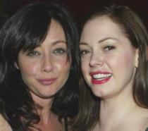 Shannen Doherty e Rose McGowan sorridenti