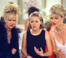 Sabrina con le zie mentre osservano qualcosa con aria sconvolta