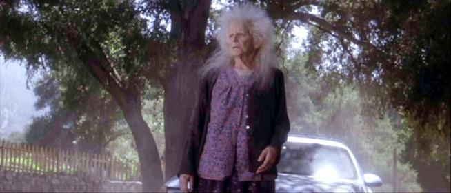 Roberta Sparrow/Nonna Morte in una scena dal film Donnie Darko