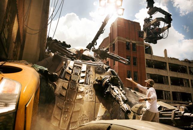 Michael Bay spiega a Wahlberg una delle scene cardine d Transformers: l'Ultimo Cavaliere
