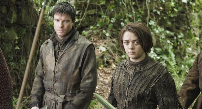 Joe Dempsie e Maisie Williams in Game of Thrones