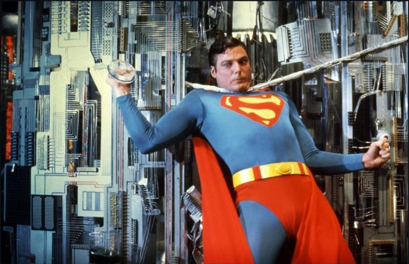 Christopher Reeve nei panni di Superman, imprigionato da uno spesso cavo d'acciaio.