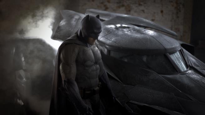 Ben Affleck accanto alla Bat-Mobile