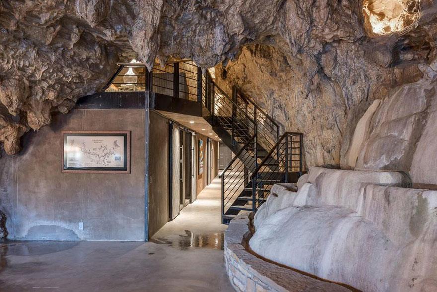 L'interno della Beckam Creek Cace Lodge: scala per accedere alla parte superiore della grotta