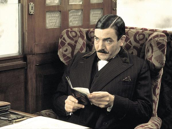 Albert Finney nel ruolo di Hercule Poirot in Assassinio sull'Orient Express