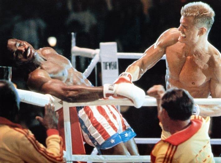 Ivan Drago sta per mettere al tappeto Apollo Creed, in Rocky IV