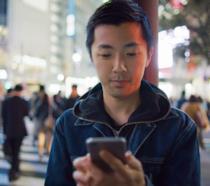 Primo piano di una persona che utilizza uno smartphone