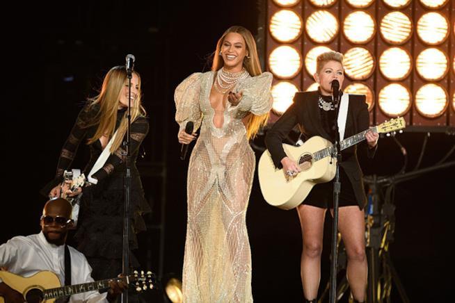 Beyoncé con Dixie Chicks ai CMA Awards 2016