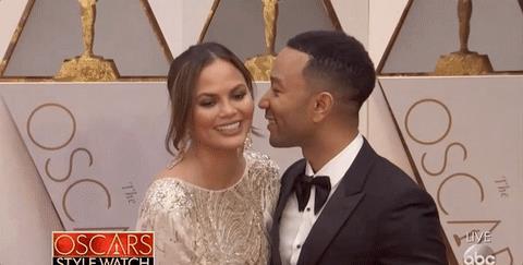 Chrissy Teigen con John Legend agli Oscar