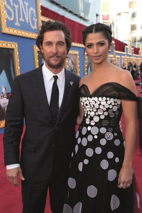 Matthew McConaughey con la moglie Camila Alves sul red carpet del Microsoft Theater