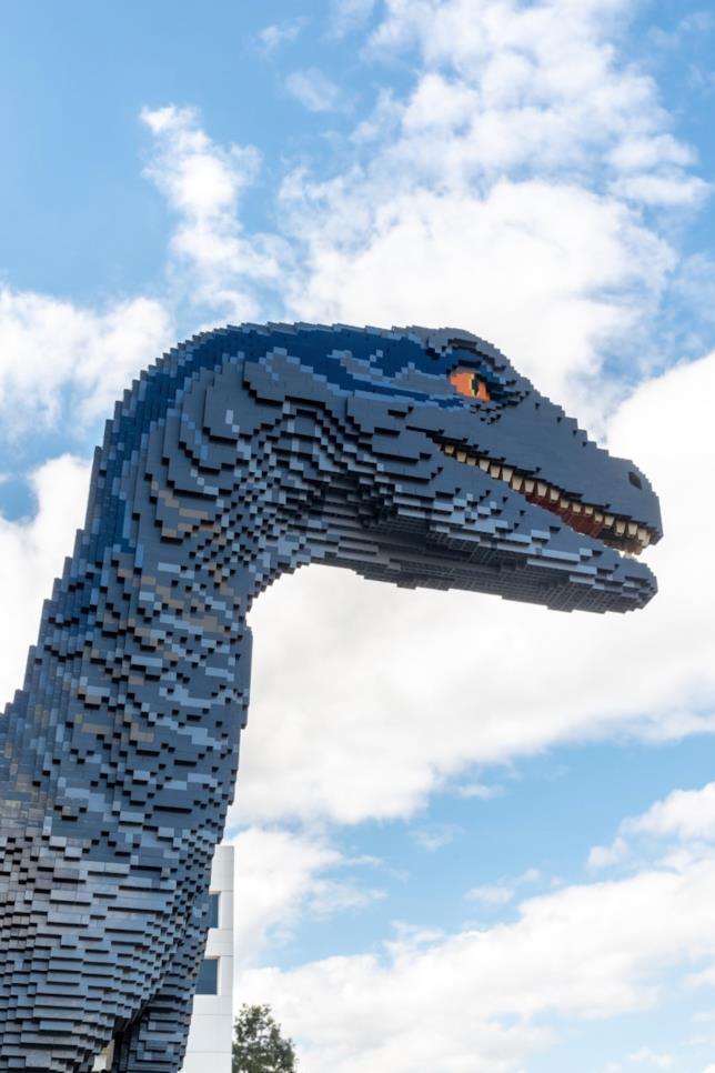 Primo piano del profilo del Velociraptor Blue di Jurassic World costruito coi LEGO