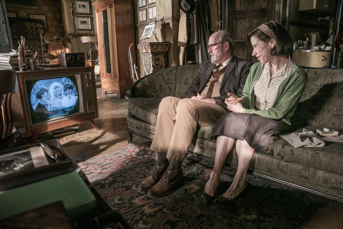 Giles ed elisa sul divano di casa guardano la TV