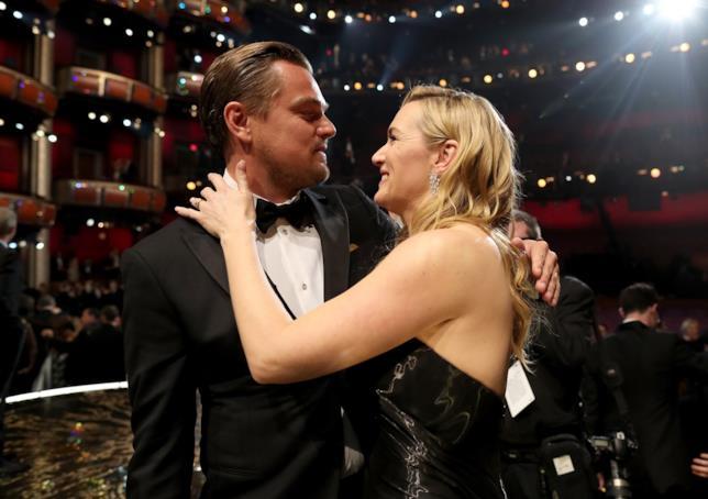 Leonardo DiCaprio stringe Kate Winslet agli oscar