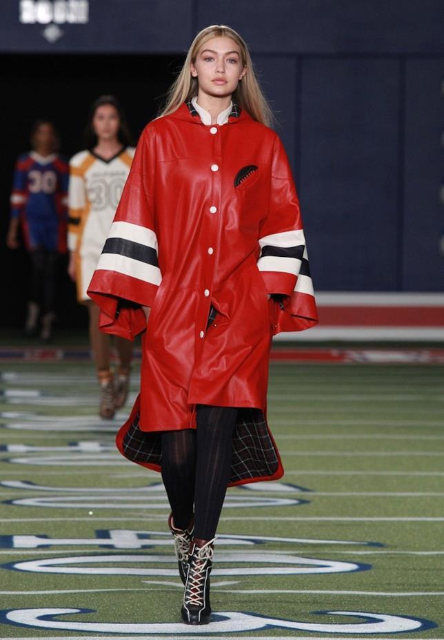 Gigi Hadid indossò un poncho rosso di Tommy Hilfiger