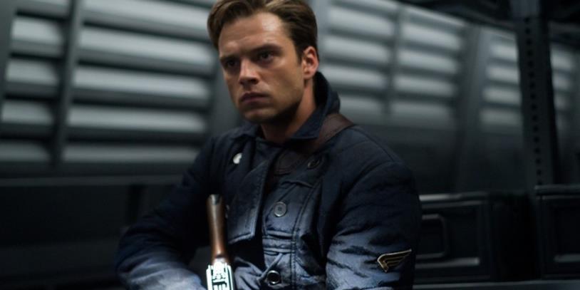 Sebastian Stan nei panni di Bucky Barnes con i capelli corti in una scena del film Captain America: Il primo Vendicatore