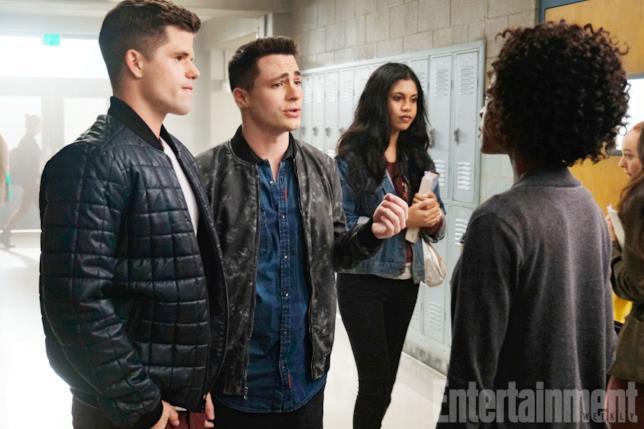 Ethan e Jackson a liceo che parlano con la nuova cacciatrice