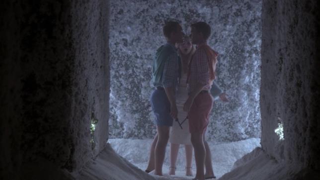Chanel porta Rodger e Dodger nel labirinto innevato
