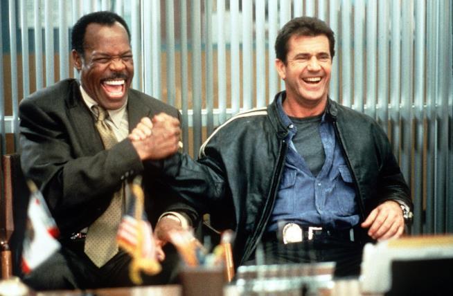 Danny Glover e Mel Gibson sul set di Arma Letale 4