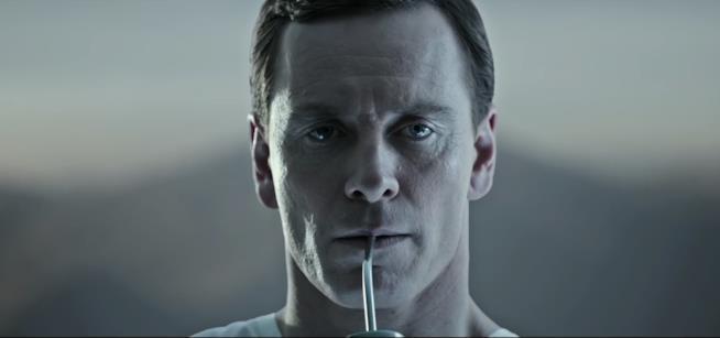 Walter beve una bevanda speciale nel teaser di Alien: Covenant