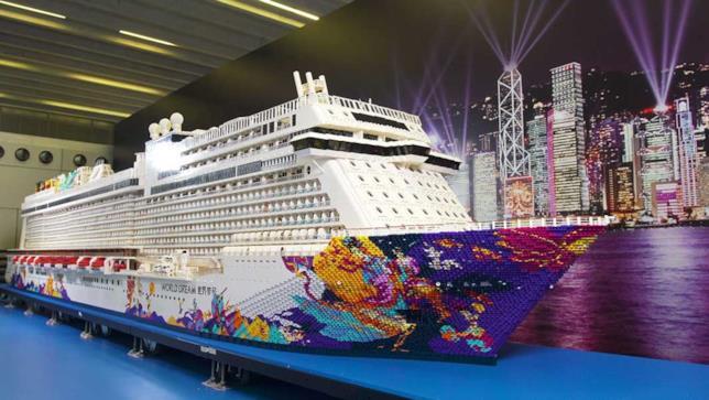 Primo piano della costruzione della nave da crociera World Dream di LEGO