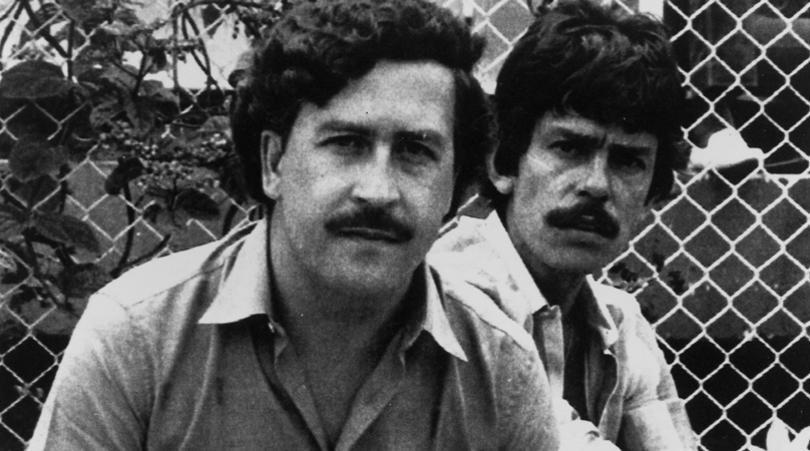 Pablo Escobar con un compagno della squadra di football