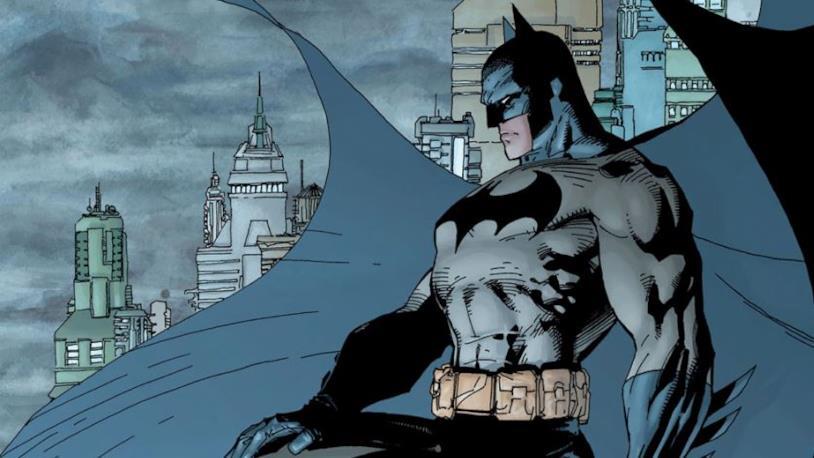 Mezzobusto di Batman su sfondo di Gotham City