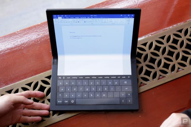 Foto del pieghevole di Lenovo in Laptop Mode