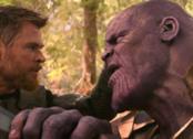 Un primo piano di Thor contro Thanos in una sequenza di Avengers: Infinity War