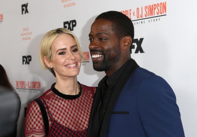 Sterling K. Brown e Sarah Paulson sorridenti alla presentazione di American Crime Story