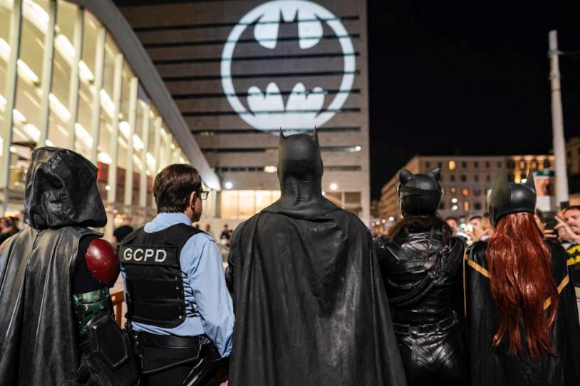 Roma Termini si illumina col Bat-Segnale per il Batman Day 2019