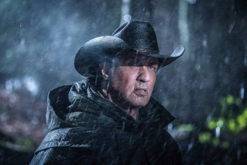 Un primo piano di Sylvester Stallone nei panni di Rambo in Last Blood.