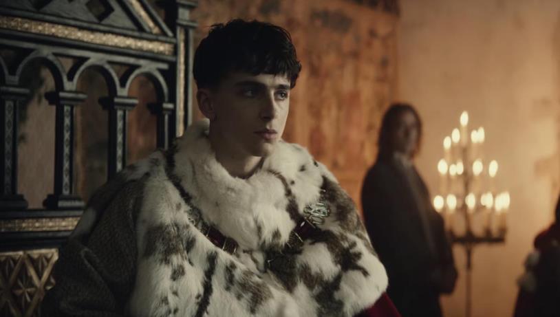 Timothée Chalamet sul trono d'Inghilterra in una scena del film