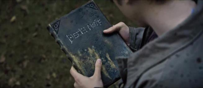 Light raccoglie il Death Note