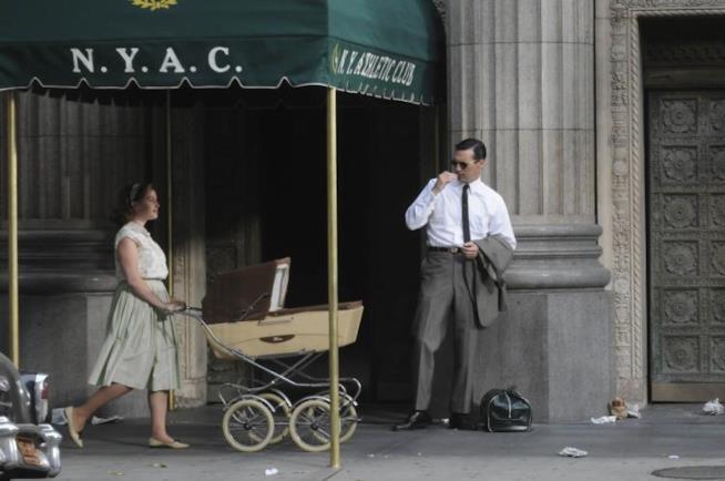 New York, Don Draper incontra una donna con la carrozzina