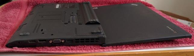 Un PC portatile messo ad asciugare su una salvietta