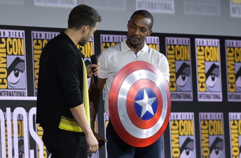 Anthony Mackie e Sebastian Stan con lo scudo di Cap a SDCC