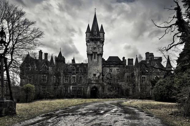 La spettrale facciata del castello