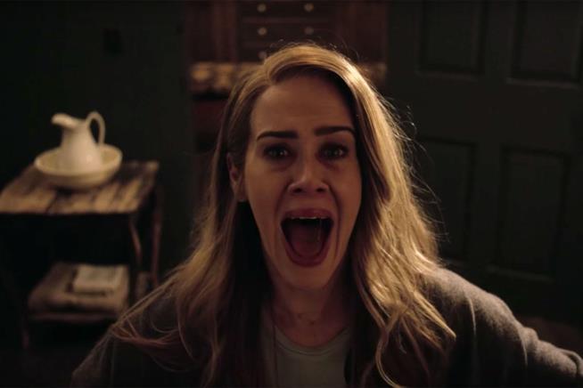 Sarah Paulson spaventata in una scena di American Horror Story 6