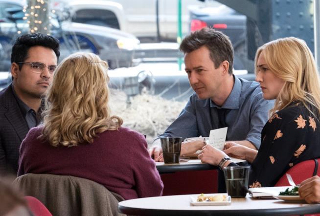Michael Peña, Edward Norton e Kate Winslet durante una scena del film