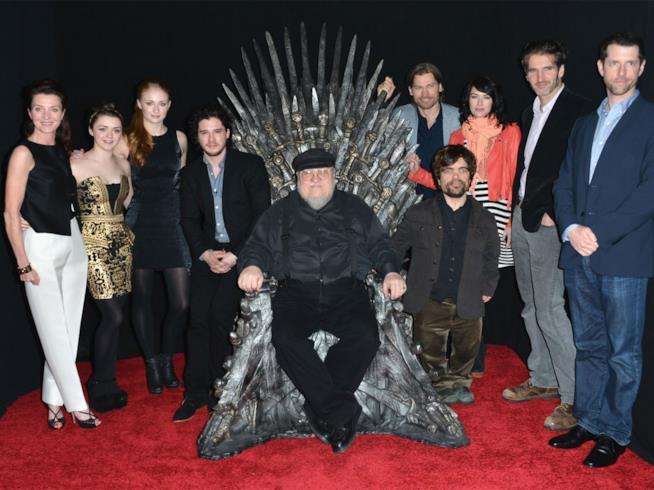 George Martin sul Trono di Spade circondato dal cast di Game of Thrones