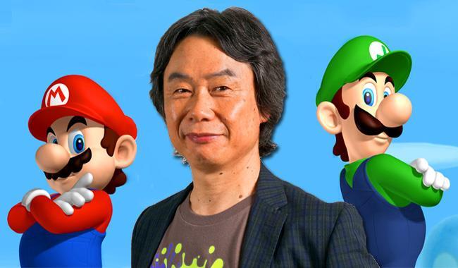 Shigeru Miyamoto posa con Mario e Luigi