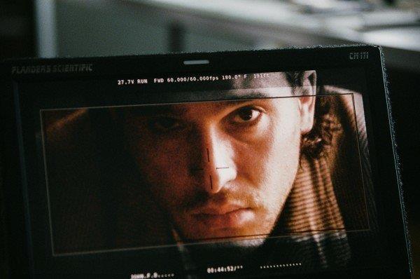 L'intenso sguardo in macchina di Kit Harington