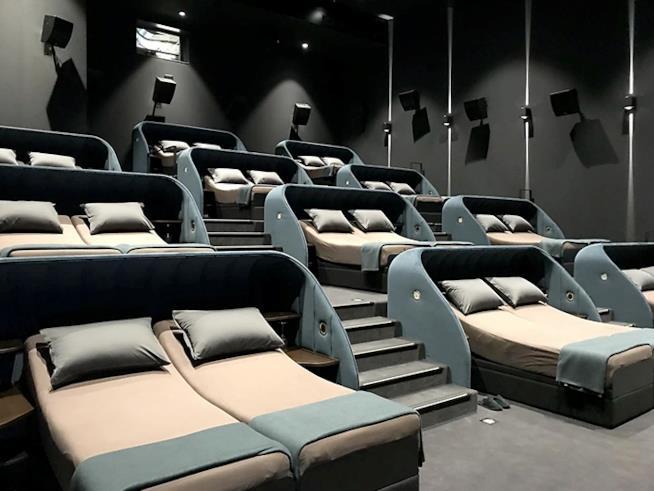 Cinema Pathé con i letti in sala