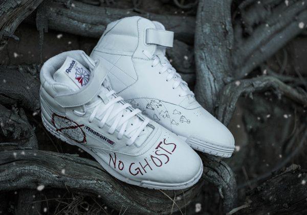 """Le scarpe con la scritta """"no ghost"""""""
